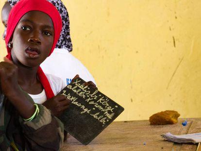 Una niña estudia en wolof los pronombres determinantes en la escuela primaria de Ndiebene, en Senegal.