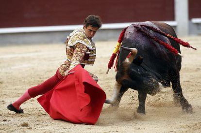 El Juli, en el segundo de sus toros en su mano a mano con Perera en la Corrida de la Beneficencia.
