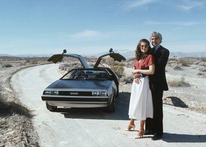 John DeLorean y su mujer, la modelo Cristina Ferrare, posan delante del mítico DeLorean DMC-12 en 1979.  