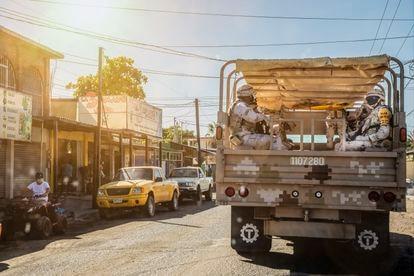 Oficiales militares de la SEDENA hacen guardia en La Paz, México.
