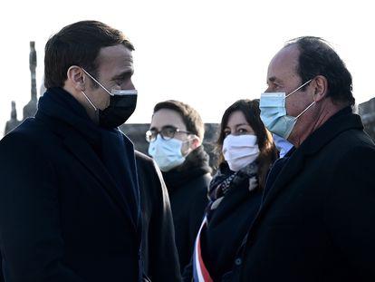El presidente francés, Emmanuel Macron, saluda a su predecesor, François Hollande, durante la ceremonia por el 25 aniversario de la muerte de François Mitterrand