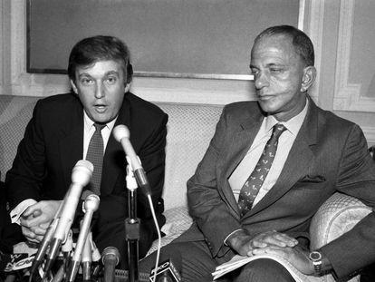 Donald Trump con su abogado Roy Cohn a principios de los años ochenta.
