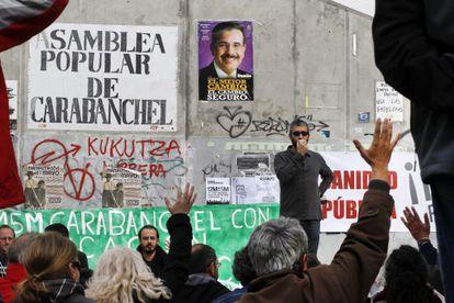 Asamblea popular de miembros del movimiento ciudadano 15M en el barrio de Carabanchel.
