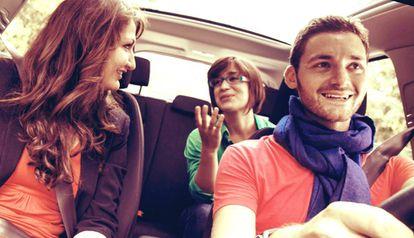 Un conductor de BlaBlaCar charla con los pasajeros.