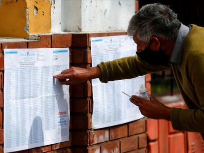 Un hombre busca su nombre fuera de un colegio electoral durante las elecciones legislativas primarias, en Buenos Aires, Argentina, el 12 de septiembre.