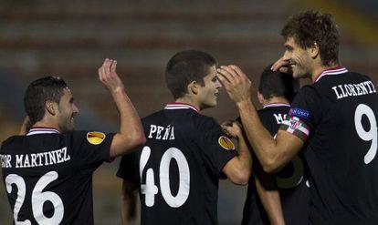 Fernando Llorente agradece las felicitaciones tras marcar su gol en Haifa.