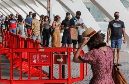 Una fila de personas espera para recibir la vacuna contra la covid-19 en el dispositivo puesto en marcha en la Ciutat de les Arts i les Ciències de Valencia este miércoles.ç