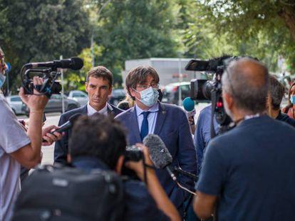 El expresidente de la Generalitat Carles Puigdemont atiende a los medios en Cerdeña (Italia).