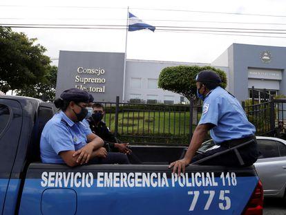 Una patrulla de la policía frente a las oficinas del Consejo Supremo Electoral de Nicaragua, el 2 de agosto.