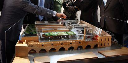 Maqueta del CaixaForum de Sevilla presentada en octubre de 2009.