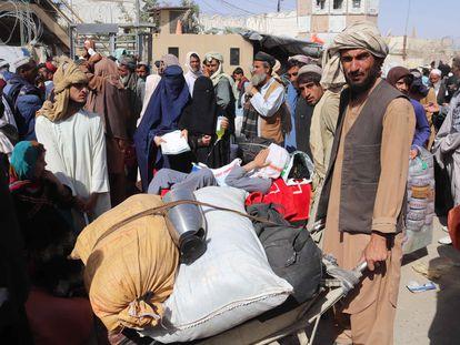 Ciudadanos afganos intentando cruzar la frontera hacia Pakistán, en el paso fronterizo de Spin Boldak.