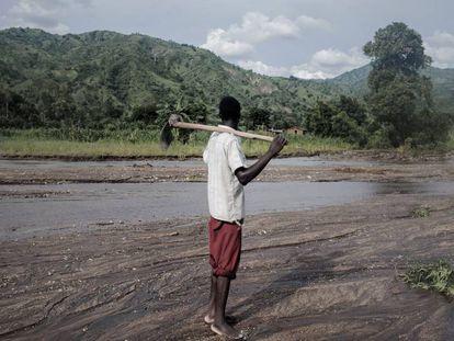 Un agricultor mira su campo afectado por las inundaciones, en Malawi.
