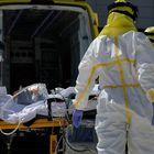 Varios sanitarios trasladan a un paciente desde el interior de la unidad móvil del SUMMA hasta la entrada del Hospital Puerta de Hierro tras haberle trasladado anteriormente desde la UVI del hospital temporal de IFEMA, durante un día de trabajo del Servicio de Urgencia Médica (SUMMA 112) en el estado de alarma decretado por el Gobierno por la pandemia del coronavirus, en Madrid (España) a 26 de abril de 2020. 27 ABRIL 2020 SANIDAD;SISTEMA SANITARIO;CORONAVIRUS;PANDEMIA;COVID-19;PACIENTES;ENFERMEDAD; Jesús Hellín   / Europa Press 26/04/2020