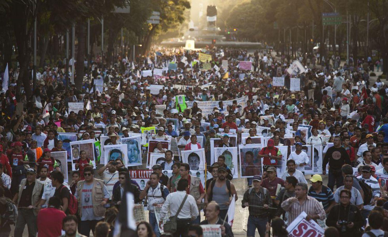 Miles de estudiantes en Ciudad de México en solidaridad con los alumnos de la escuela de Ayotzinapa desaparecidos.SAÚL RUIZ