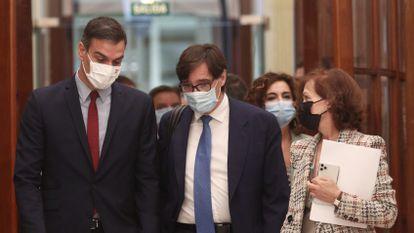 El presidente del Gobierno, Pedro Sánchez; el ministro de Sanidad, Salvador Illa, y la vicepresidenta primera del Gobierno, Carmen Calvo, en el Congreso el 28 de octubre.