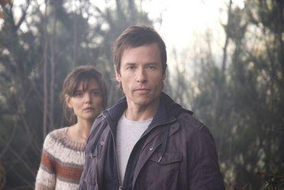 Guy Pearce y Katie Holmes, en <i>No tengas miedo a la oscuridad.</i>
