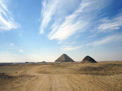 Pirámides de Saqqara, en el centro y la más elevada la escalonada de Djoser. / M. E