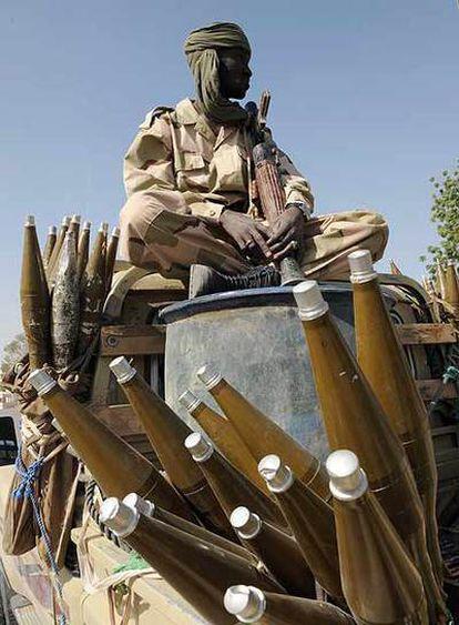 Un soldado chadiano, sentado sobre un arsenal de cohetes.