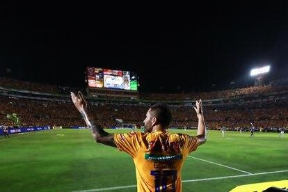 Gignac celebra un gol en el estadio Universitario de Nuevo León, en 2019.