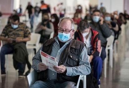 Decenas de personas esperan la vacunación en la Ciudad de las Artes y las Ciencias de Valencia.