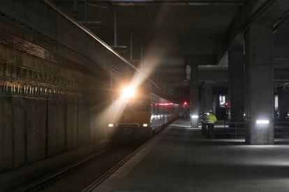Primeros trenes de Rodalies que pasan por la estación de La Sagrera, en obras.