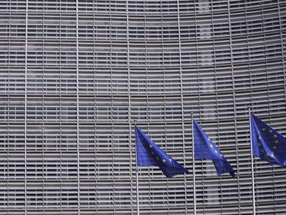 Banderas fuera del edificio de la Comisión Europea en Bruselas.