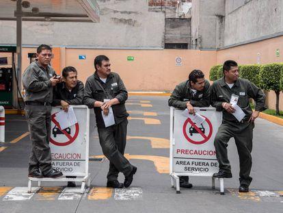 Varios empleados de una gasolinera de Pemex en la Ciudad de México.