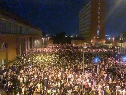 El macrobotellón en la Ciudad Universitaria de Madrid, en una imagen publicada en Twitter.