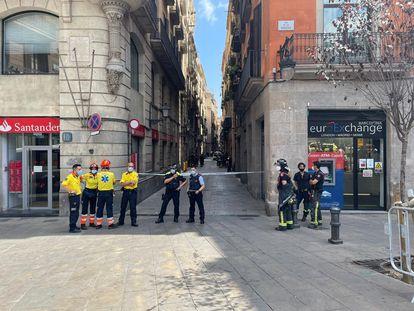 Miembros de los Bomberos y de emergencias médicas, este lunes, frente a la calle Boqueria donde se ha producido la explosión. / EUROPA PRESS
