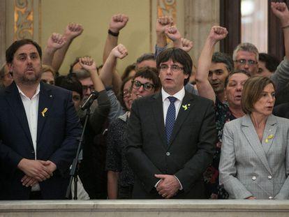 Celebración en el Parlament tras la proclamación de la republica catalana en Barcelona el 27 de octubre de 2017. En el centro Carles Puigdemont y a la izquierda, Oriol Junqueras.