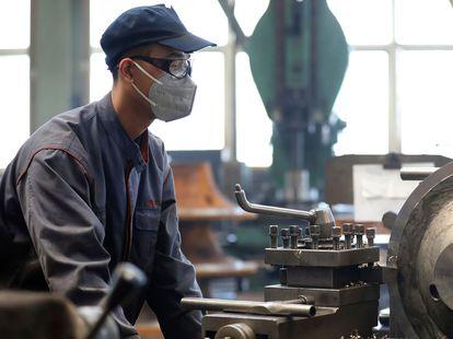 Un trabajador en una fábrica china