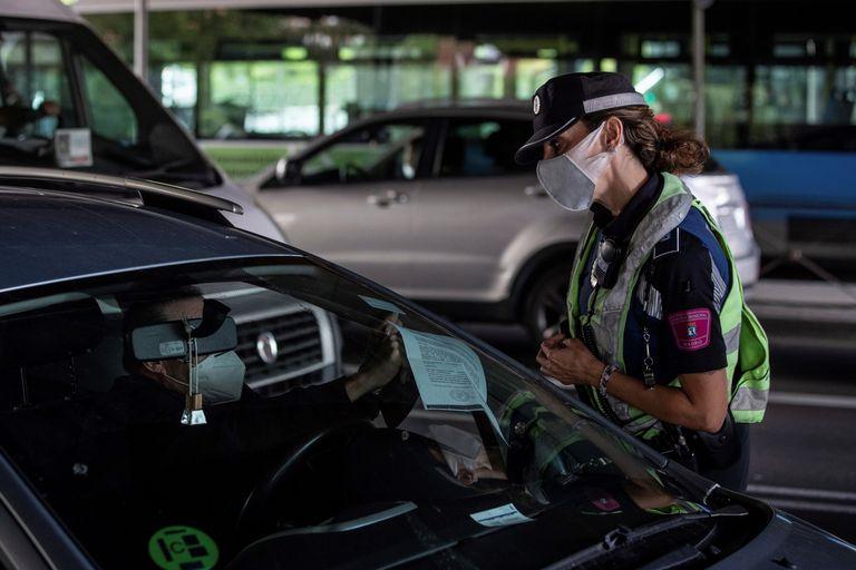 En la imagen, agentes de la Policía Municipal, en tareas de control en el Puente de Vallecas, en Madrid, este miércoles.