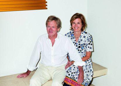 John Pawson y su mujer, Catherine, fotografiados para ICON DESIGN en una esquina de su salón, junto a una obra de Donald Judd. |