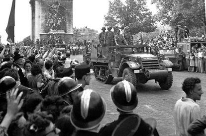 Españoles a bordo de sus vehículos blindados bautizados con nombre español. El primera línea, 'Guernica'. Es el 26 de agosto de 1944
