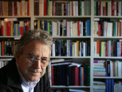 Santos Juliá, en su casa de Madrid, en 2004.