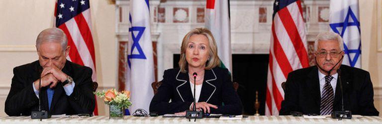 Netanyahu y Abbas siguen la intervención de Hillary Clinton.