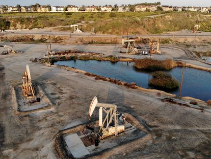 Pozos petroleros en Huntington Beach (California), este lunes.