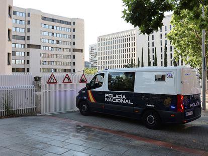 Un furgón de la Policía Nacional llega a los Juzgados de Plaza de Castiila en Madrid, el día en el que el joven de 19 años que presuntamente agredió a un sanitario en el Metro de Madrid, pasa a disposición judicial.