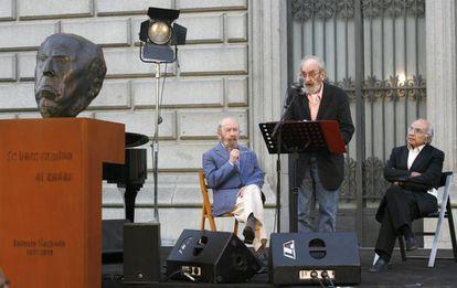 José Manuel Caballero Bonald, Francisco Brines y Ángel González durante el homenaje al Antonio Machado celebrado en la Biblioteca Nacional, en 2007.