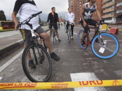 Ciclistas por la calle 26 un día dominical de ciclovía en Bogotá.
