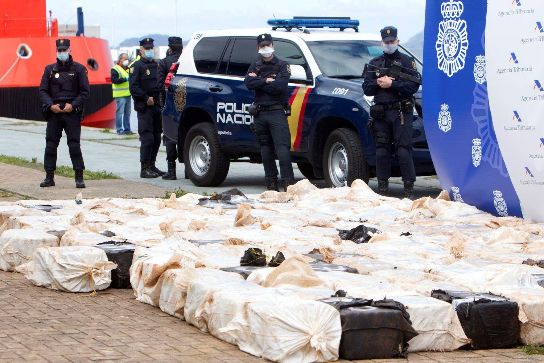 Efectivos policiales incautan cuatro toneladas de cocaína durante una operación contra el narcotráfico, el pasado abril en Vigo.