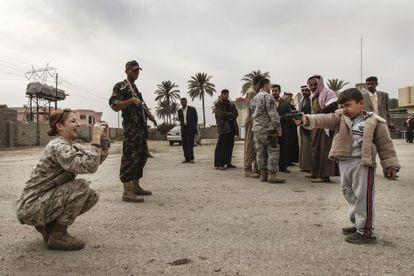 La soldado  Megan McLung fotografía al hijo de uno de los líderes suníes portando una pistola. La imagen fue tomada el 6 de diciembre de 2006 en Ramadi (Irak).