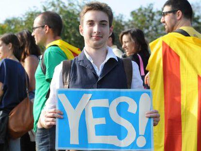 Nacionalistas catalanes residentes en Escocia, en una marcha en Edimburgo por la independencia de Cataluña en agosto de 2013.