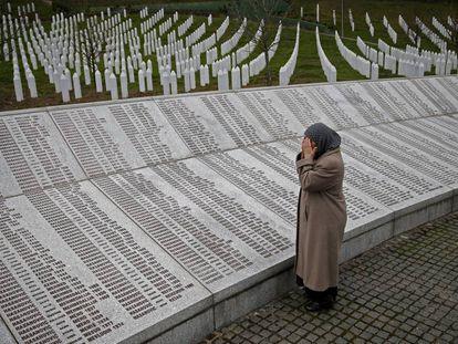 Una mujer reza ante la placa con los nombres de las víctimas de Srebrenica en Potocari (Bosnia), en 2016.