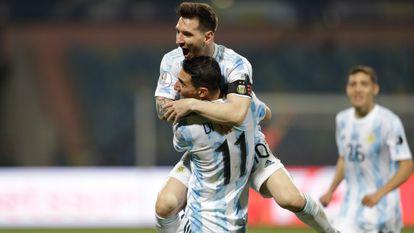 Messi celebrates his goal with Di María, this Saturday against Ecuador.