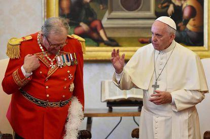 El papa Francisco y al príncipe y gran maestre de la Orden de Malta Robert Matthew Festing el 23 de julio de 2016.