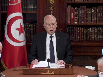 El presidente de Túnez, Kais Said, en un encuentro con miembros del ejército y la policía, en Túnez, el 25 de julio de 2021.