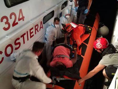 La Guardia Costera italiana evacua a dos mujeres embarazadas del 'Open Arms'.