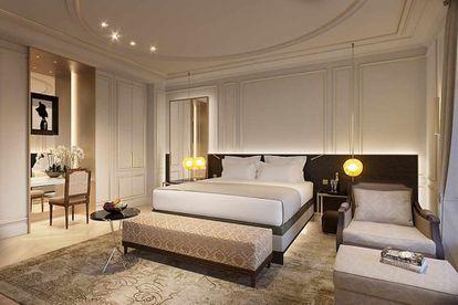Tras tres años reforma y una inversión de 99 millones, el icónico hotel Ritz de Madrid vuelve a abrir sus puertas.