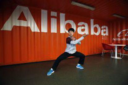 Un empleado practica taichí en la sede de Alibaba, en China